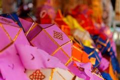 Papierowy lampion: Rzeka festiwal w północy Tajlandia robić ofercie Buddha który zdjęcie royalty free