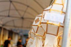 Papierowy lampion: Rzeka festiwal w północy Tajlandia robić ofercie Buddha który obraz royalty free