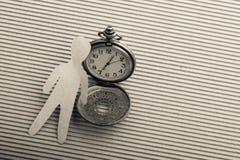 Papierowy mężczyzna kształt i kieszeniowy zegarek zdjęcia stock