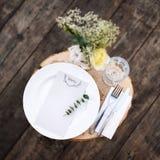 Papierowy menu na dekorujący stołowym przygotowywającym dla gościa restauracji Pięknie dekorujący stołu set z kwiatami, talerzami Zdjęcia Royalty Free