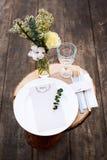 Papierowy menu na dekorujący stołowym przygotowywającym dla gościa restauracji Pięknie dekorujący stołu set z kwiatami, talerzami Fotografia Stock