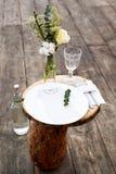 Papierowy menu na dekorujący stołowym przygotowywającym dla gościa restauracji Pięknie dekorujący stołu set z kwiatami, talerzami Obrazy Stock