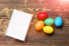 Papierowy notatnik, kolorowi Easter jajka, kucharstwo i menu projekt, Fotografia Royalty Free