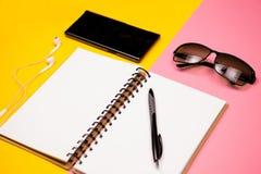 Papierowy notatnik, smartphone, okulary przeciwsłoneczni i właściciel dla wizytówek, Zdjęcia Royalty Free