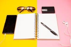 Papierowy notatnik, smartphone, okulary przeciwsłoneczni i właściciel dla wizytówek, Fotografia Royalty Free