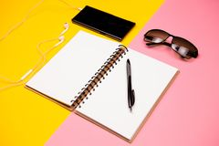 Papierowy notatnik, smartphone, okulary przeciwsłoneczni i właściciel dla wizytówek, Zdjęcie Royalty Free