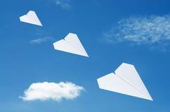 Papierowy płaski latanie nad chmurami z niebieskim niebem Zdjęcia Royalty Free