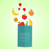 Papierowy pakunek z świeżym zdrowym produkt spożywczy Świeżej owoc 100% natura Obraz Stock