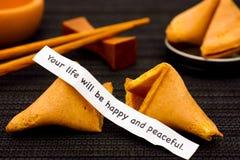 Papierowy pasek z zwrotem Twój życie Będzie Szczęśliwy i Pokojowy od pomyślności ciastka obrazy stock