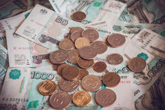 Papierowy pieniądze i monety na stole fotografia royalty free