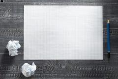 Papierowy prześcieradło przy drewnianym tłem obrazy royalty free
