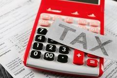 Papierowy prześcieradło z teksta podatkiem na kalkulatorze Obraz Royalty Free
