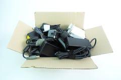 Papierowy pudełko z uszkadzającą, starą używać adaptator władzy ładowarką lub obrazy stock