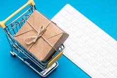 Papierowy pudełko w wózku na zakupy na klawiaturze zdjęcia stock