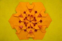 Papierowy quilling i origami skład Kreatywnie pomarańczowy sześciokąt odizolowywający na żółtym tle Obrazy Stock