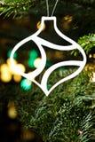 Papierowy rżnięty bauble kształta ornament w istnym drzewie Fotografia Stock
