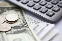 Papierowy rachunku lying on the beach przy stołem z kalkulatora i dolara amerykańskiego notatkami obrazy stock