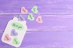 Papierowy słój z sercami i wiadomość Najlepszy prezentem Kolorowi papierowi serca z życzeniami Zabawy kartka z pozdrowieniami rze Obraz Stock