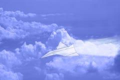 Papierowy samolot w niebie z chmurami Zdjęcia Stock