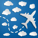 Papierowy samolot z chmurami na błękitnego powietrza tle Niebieskie niebo t Fotografia Royalty Free