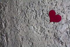 Papierowy serce na kamiennej powierzchni Obrazy Royalty Free