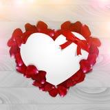 Papierowy serce z różanymi płatkami na drewnianym tle Obraz Royalty Free