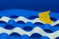 Papierowy statek na papierowym morzu Zdjęcia Royalty Free