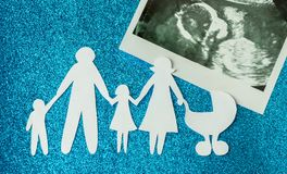 Papierowy wizerunek szczęśliwe rodziny które oczekują innego dziecka Obrazy Stock