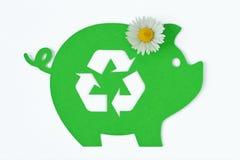 Papierowy zielony prosiątko bank z przetwarzać symbol i stokrotka kwitniemy na białym tle - pojęcie pieniądze, ekologia i pr obraz royalty free