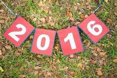 Papierowy znak 2016 na zielonej trawie Obraz Royalty Free