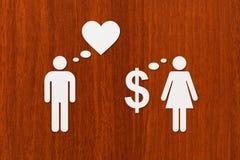 Papierpaare, Liebe gegen Geld Abstraktes Begriffsbild Lizenzfreie Stockfotos