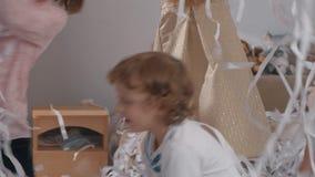 Papierpartei, damit die Kinder Spaß haben stock video footage