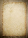 Papierpergament auf Holz Stockfotografie