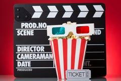 Papierpopcorn des quadratischen Kastens, 3D-glasses, Filmkarten und clapperb Lizenzfreies Stockbild