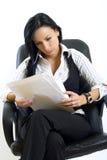papiers attrayants de fixation de femme d'affaires Image libre de droits