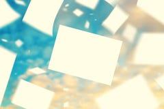 Papiers blancs flottant dans le vent Images libres de droits