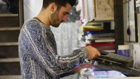 Papiers-copie de travailleur dans la boutique photos libres de droits