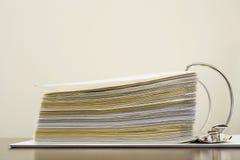Papiers dans une reliure à anneaux Image stock