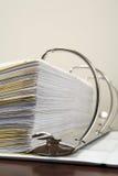 Papiers dans une reliure à anneaux Photos libres de droits