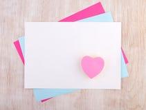 Papiers de collage avec des autocollants de coeur Images libres de droits