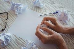 Papiers de froissement de femme d'affaires sur le bureau dans le bureau Images stock