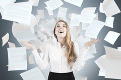 Papiers de lancement de femme heureuse Images libres de droits