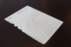Papiers de note blancs pour votre message sur le bois grunge Image stock
