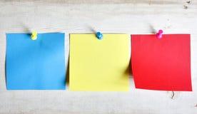 papiers de note colorés blanc trois Photographie stock