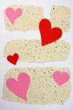 Papiers de notes de note avec des lettres d'amour de coeurs Photo libre de droits