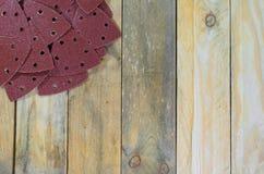 Papiers de sable de triangle sur les conseils en bois placés en haut à gauche Photo libre de droits
