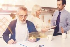 Papiers de signature âgés agréables d'homme Images stock