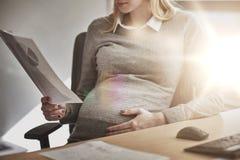 Papiers enceintes de lecture de femme d'affaires au bureau Photos libres de droits