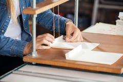 Papiers obligatoires de main-d'œuvre féminine à l'établi photo stock