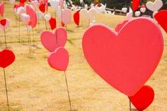 Papiers peints de Saint-Valentin Thème romantique d'amour : Beaucoup forme rouge Photo libre de droits